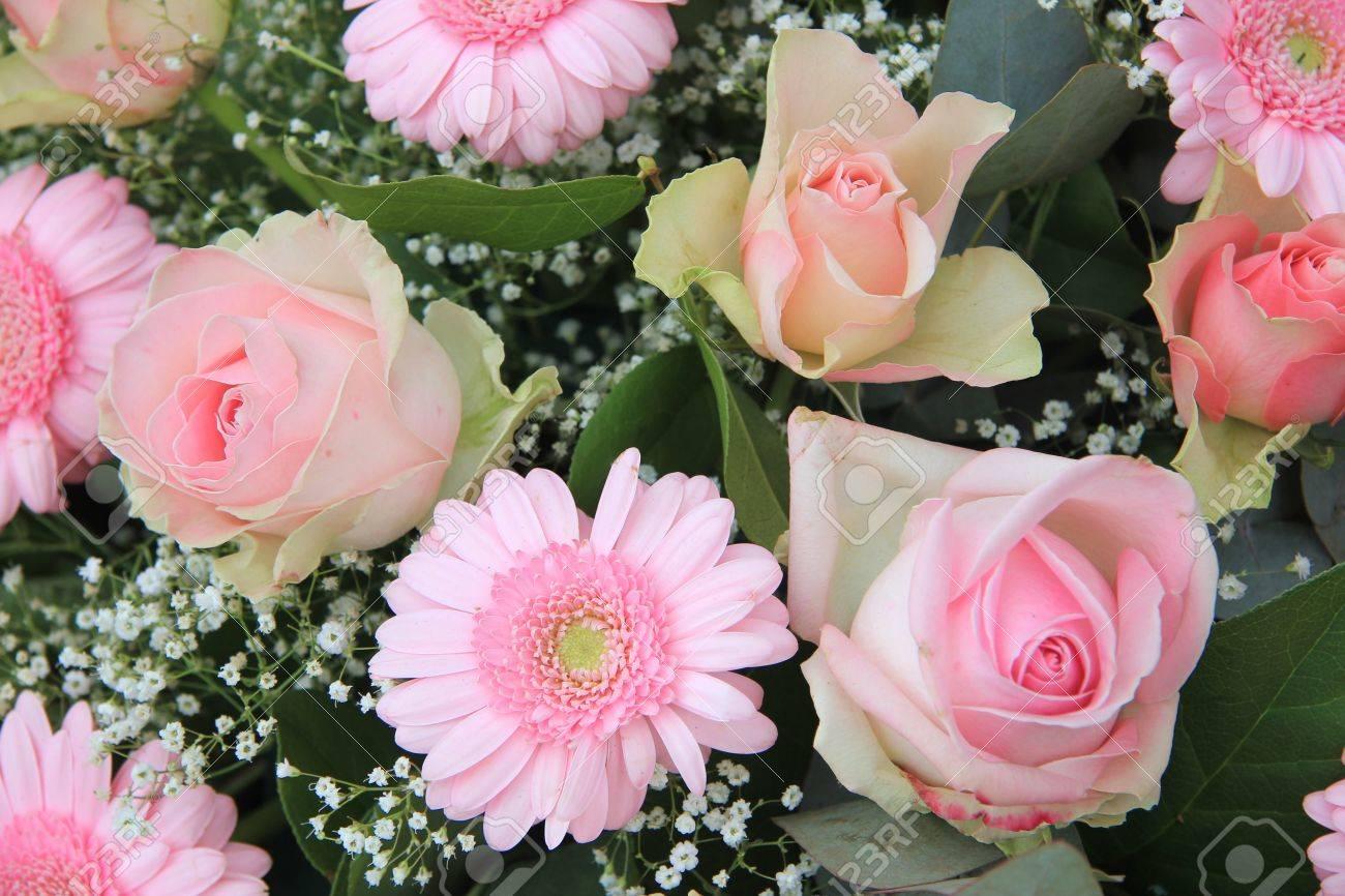 Gerberas De Color Rosa Pálido Y Rosas En Arreglo De Flores Mixtas