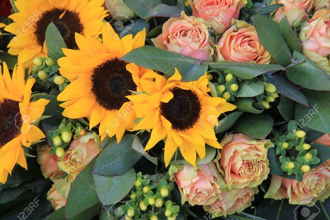 Grandes Girasoles Y Rosas En Un Arreglo De Flores