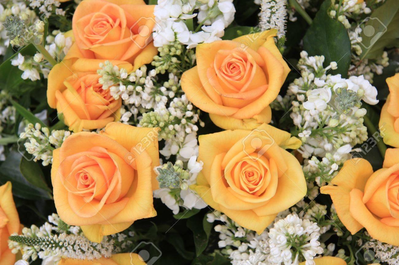 arrangement de fleurs de mariage avec des roses jaunes et blanches