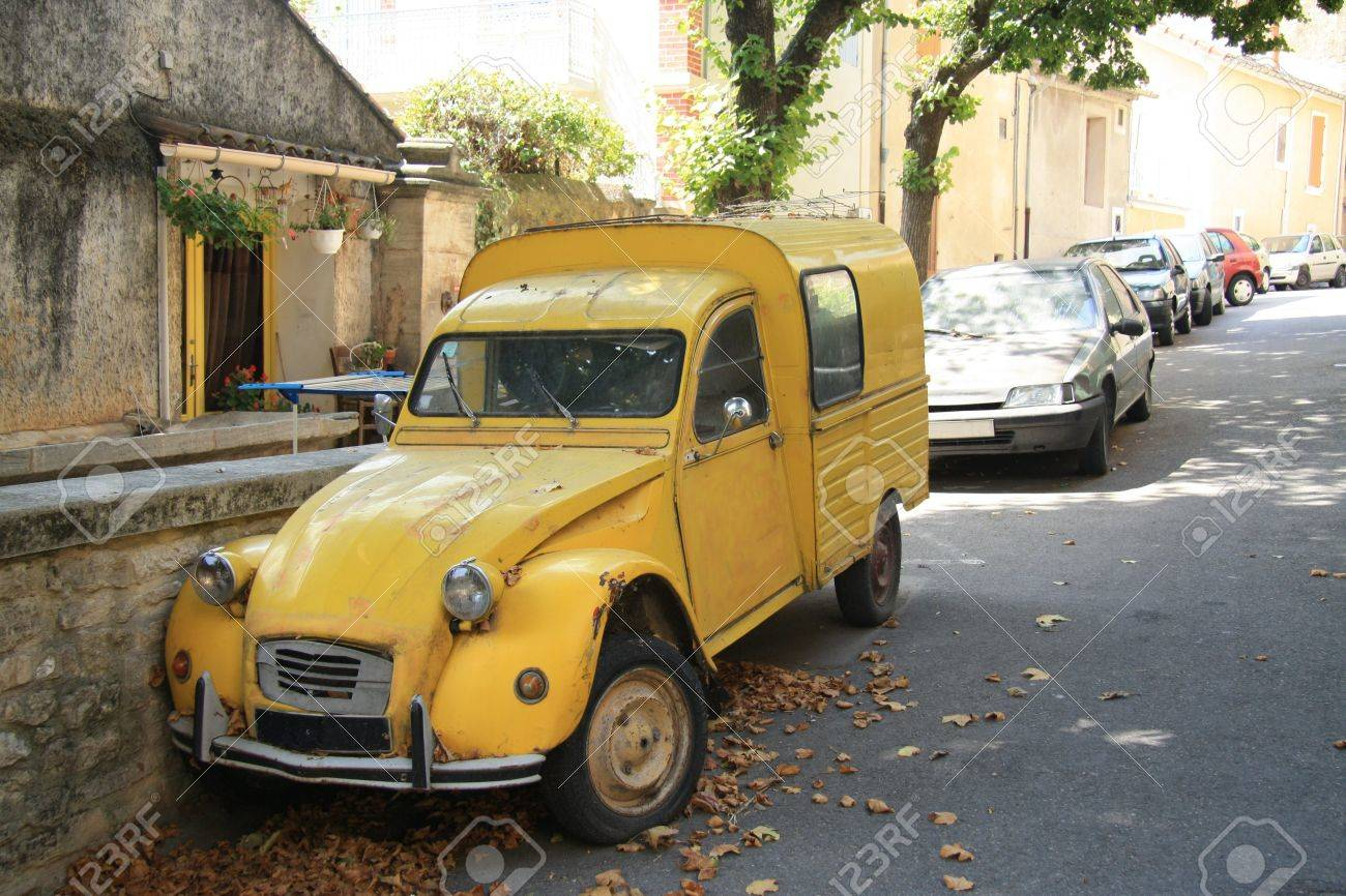 Vintage yellow French van, commercial vehicle - 15366112