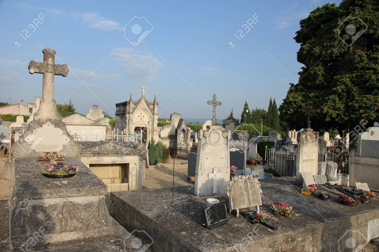 Overview of an old cemetery in Aubignan, France - 15603380