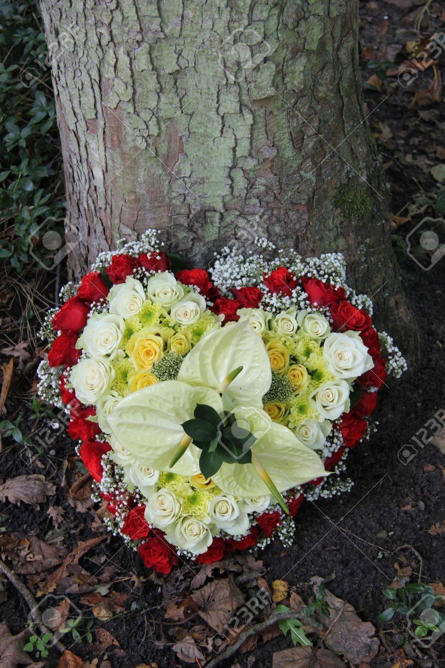 Arreglo Floral Para Un Funeral En Forma De Corazón Con Rosas
