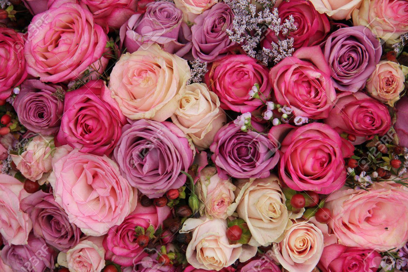 Las Rosas Rosadas Y Púrpuras En Un Arreglo De Flores De La Boda ...