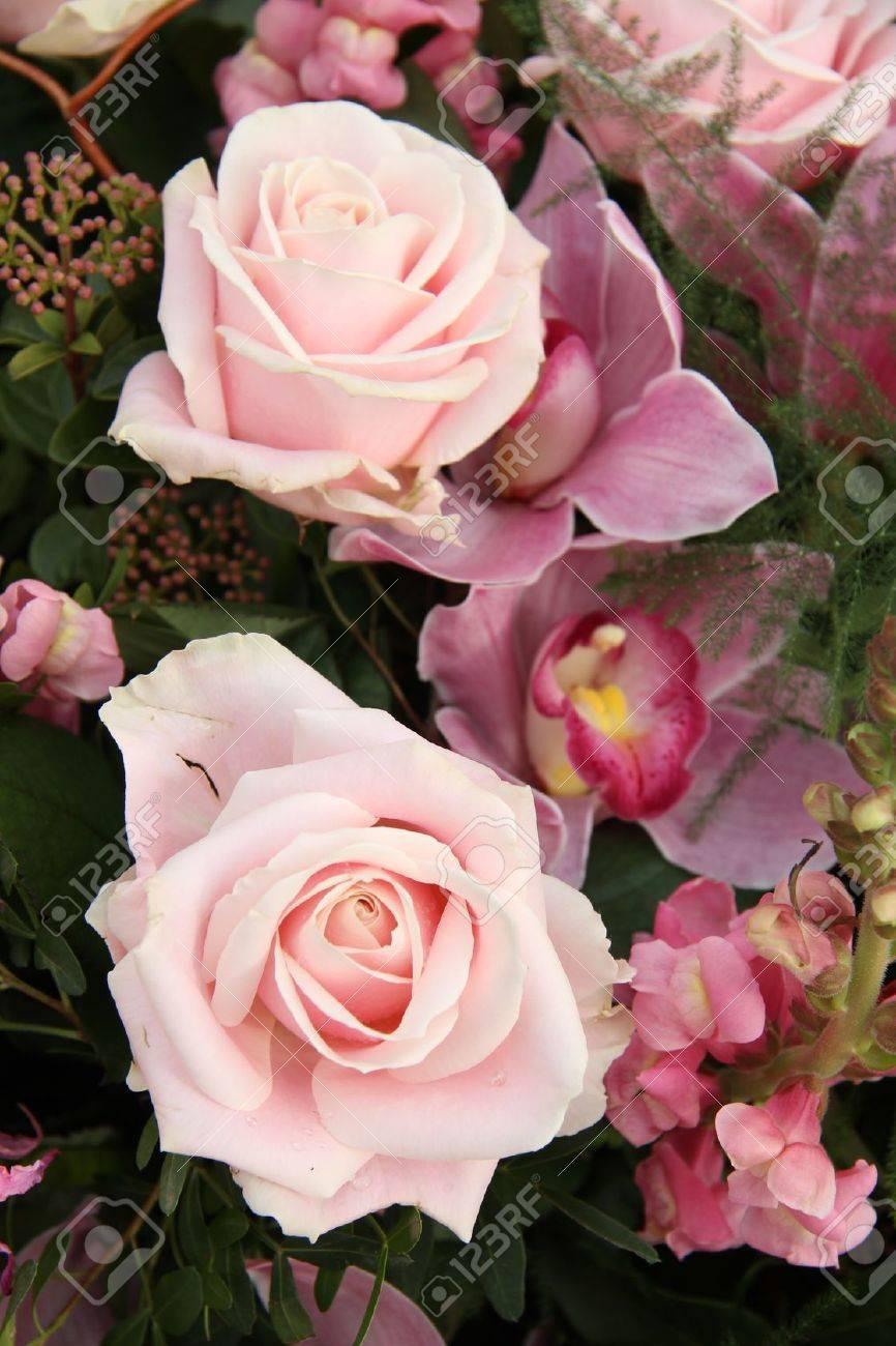 Doux Rose Et Orchidee Dans Un Bouquet De Mariee