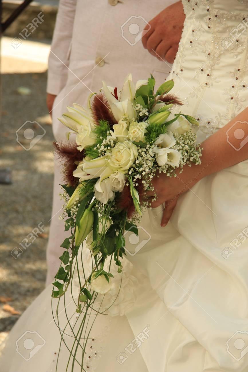 Braut Mit Brautstrauss Wasserfall Lizenzfreie Fotos Bilder Und Stock