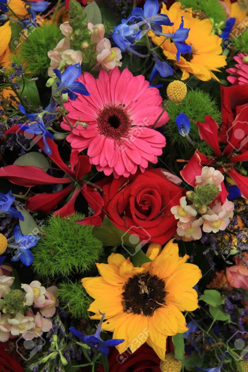 混合の夏の花、赤いバラ、ピンクのガーベラ、黄色のヒマワリ