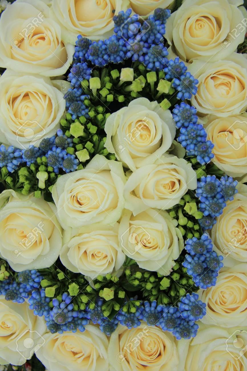 Blaue Traubenhyazinthen Und Weissen Rosen In Einer Hochzeit Blumen