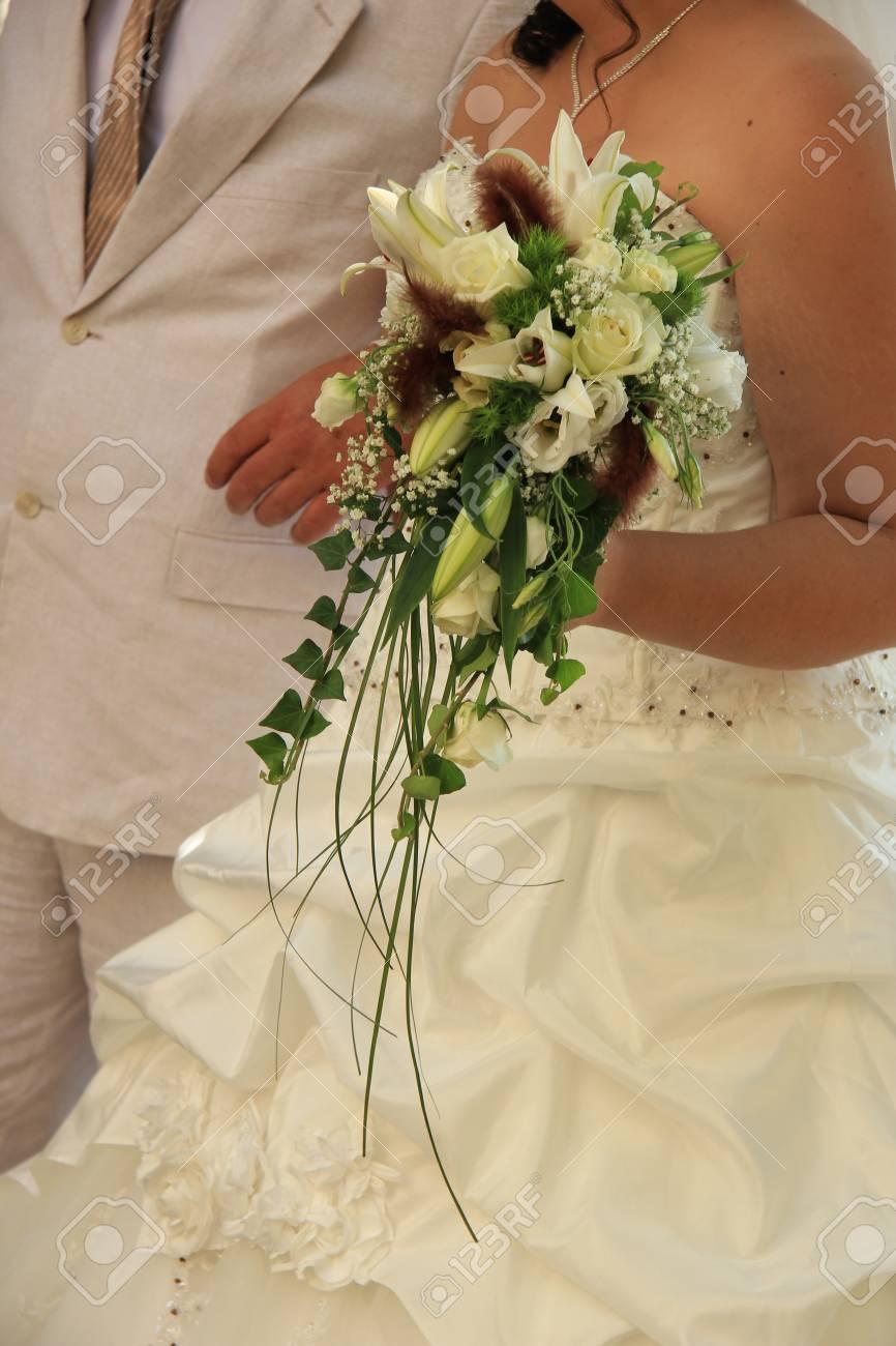 mariée avec cascade bouquet de mariée banque d'images et photos
