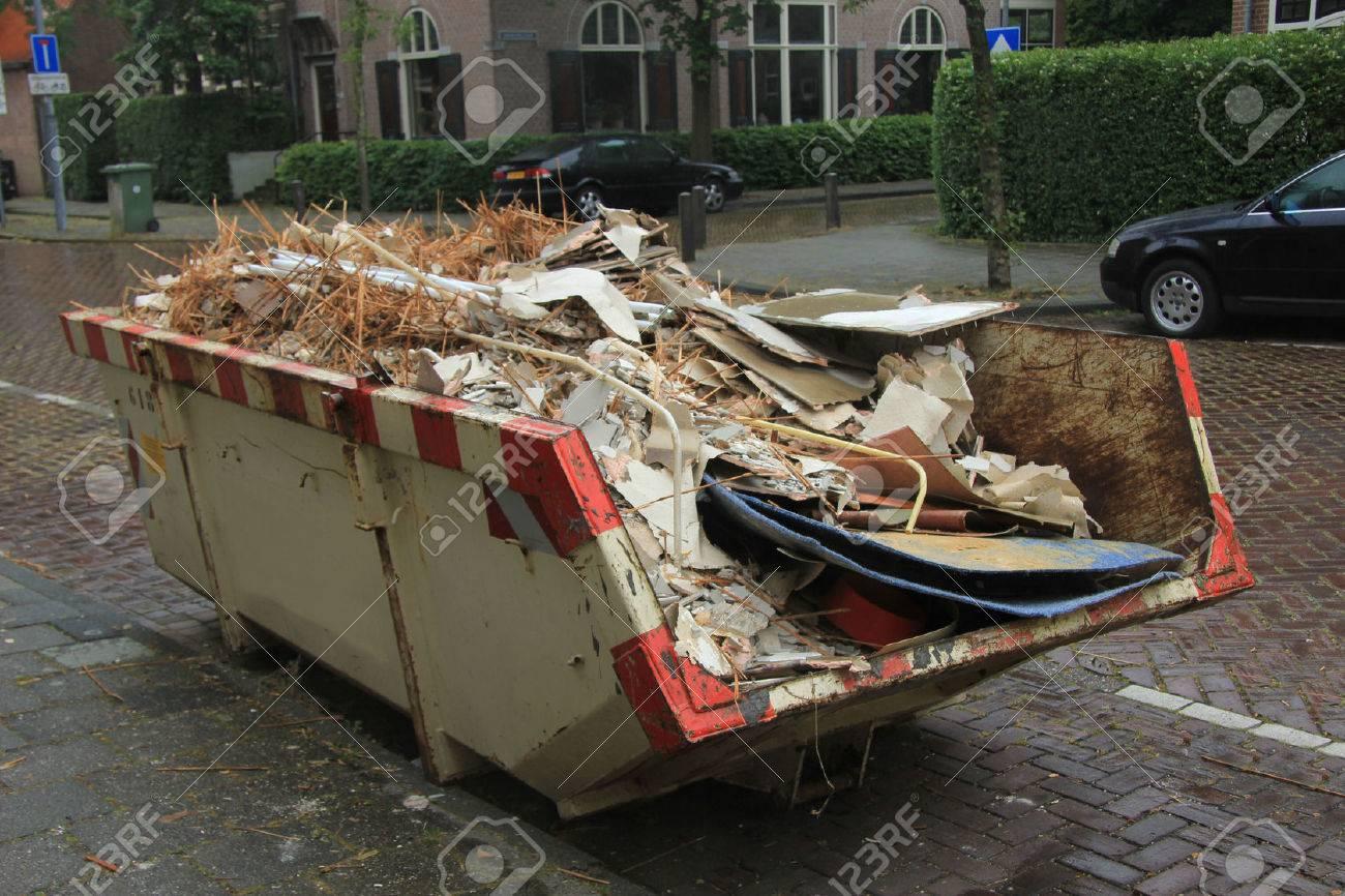 Loaded rubbish near a construction site, home renovation - 29678538