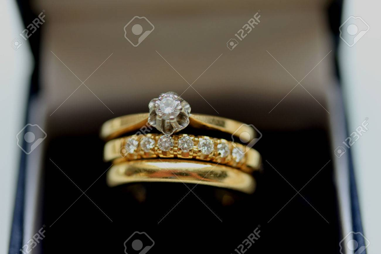Wedding set in yellow gold solitaire engagement ring diamond