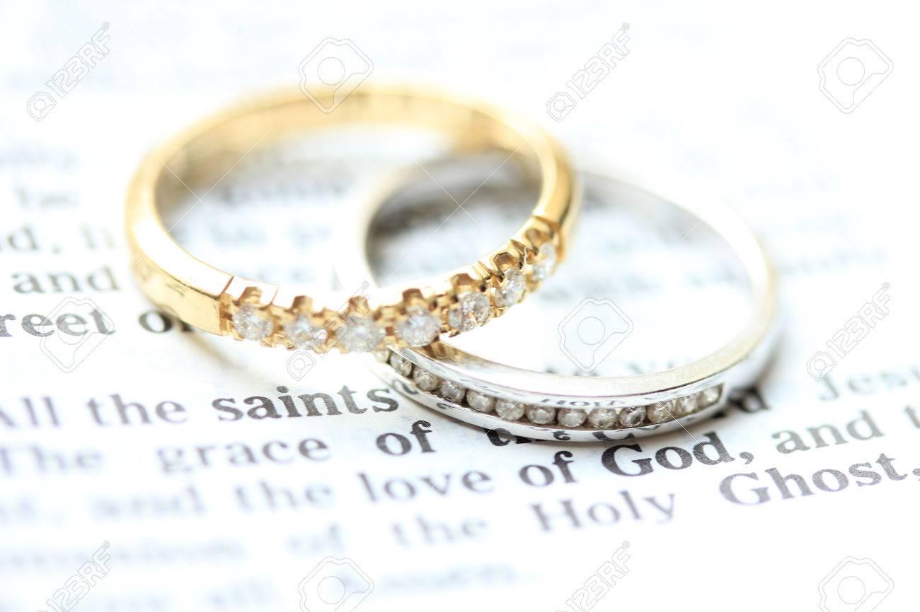 Deux Bandes De Mariage De Diamant Pour Un Double Mariage De Mariee Sur Un Verset De La Bible