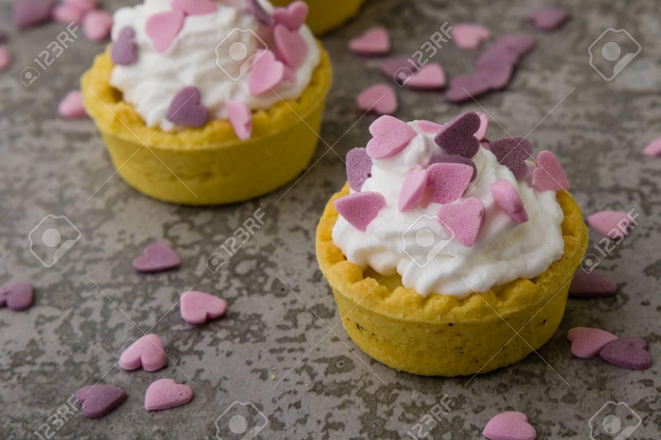 Mini Tarta Con Crema Batida Y Adorno De Corazon Rosa Fotos Retratos - Adornos-tarta