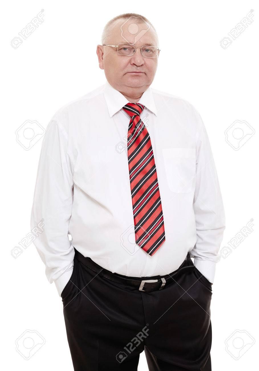 miglior servizio 3ab61 30b23 Uomo d'affari serio con gli occhiali di mezza età, rosso e nero cravatta a  righe con camicia bianca e pantaloni neri in piedi con le mani in tasca ...