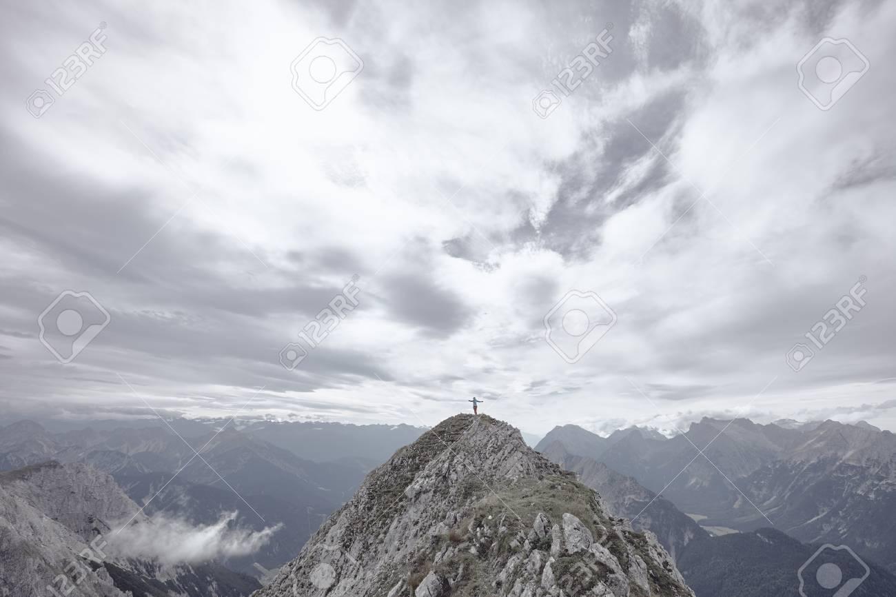 Klettergurt Mit Helm : Frau trägt outdoor bekleidung klettergurt und helm stehend auf