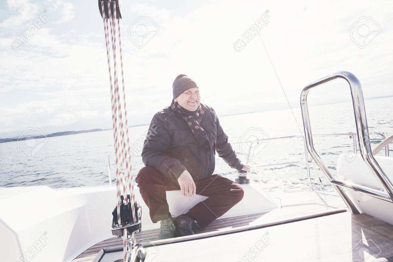 Écharpe Aîné Homme Séance Porter Chapeau Sur Yacht Veste nxzdtrx