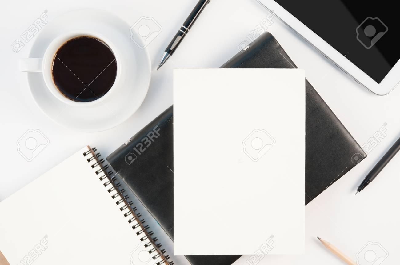 Immagini Stock Tazza Di Caffè Caldo Telefono Tablet E Diario