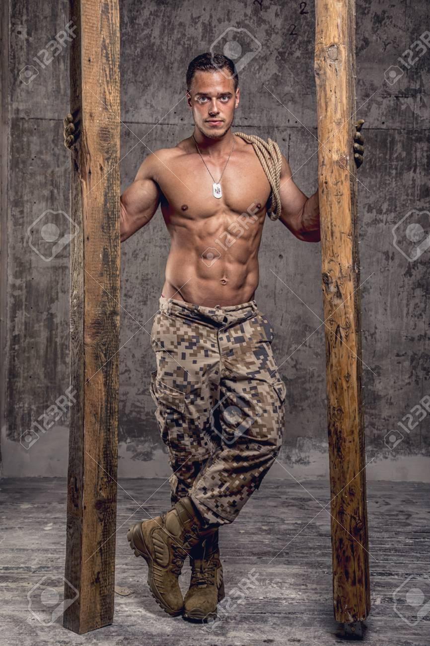 Hombre Atletico Fuerte Con Cuerpo Desnudo En Pantalones Militares Con Vigas De Madera Y Cuerda En Muro De Hormigon Fotos Retratos Imagenes Y Fotografia De Archivo Libres De Derecho Image 38248173