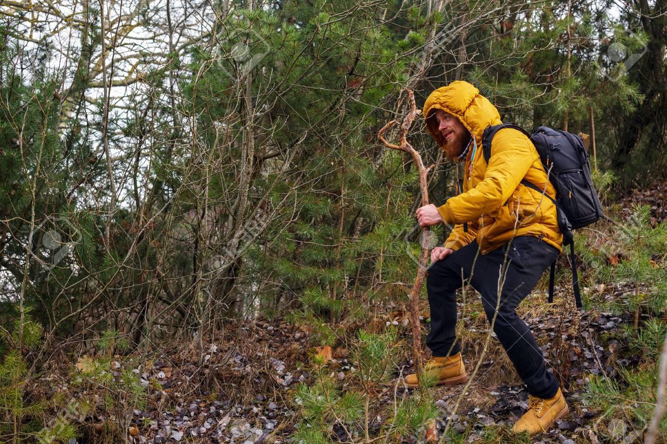 une à jauneBants sac Sourire dans bâton veste forêtVêtu bottes barbe d'une noirsdes et homme à dos jaunesavec la 3RL4qScj5A