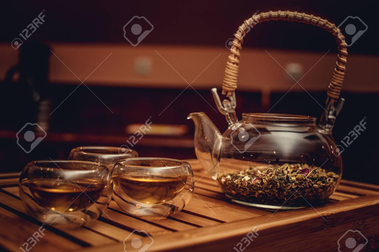 Vassoi In Legno Con Vetro : Teiera cinese in vetro con erbe e tazze di tè sul vassoio di legno