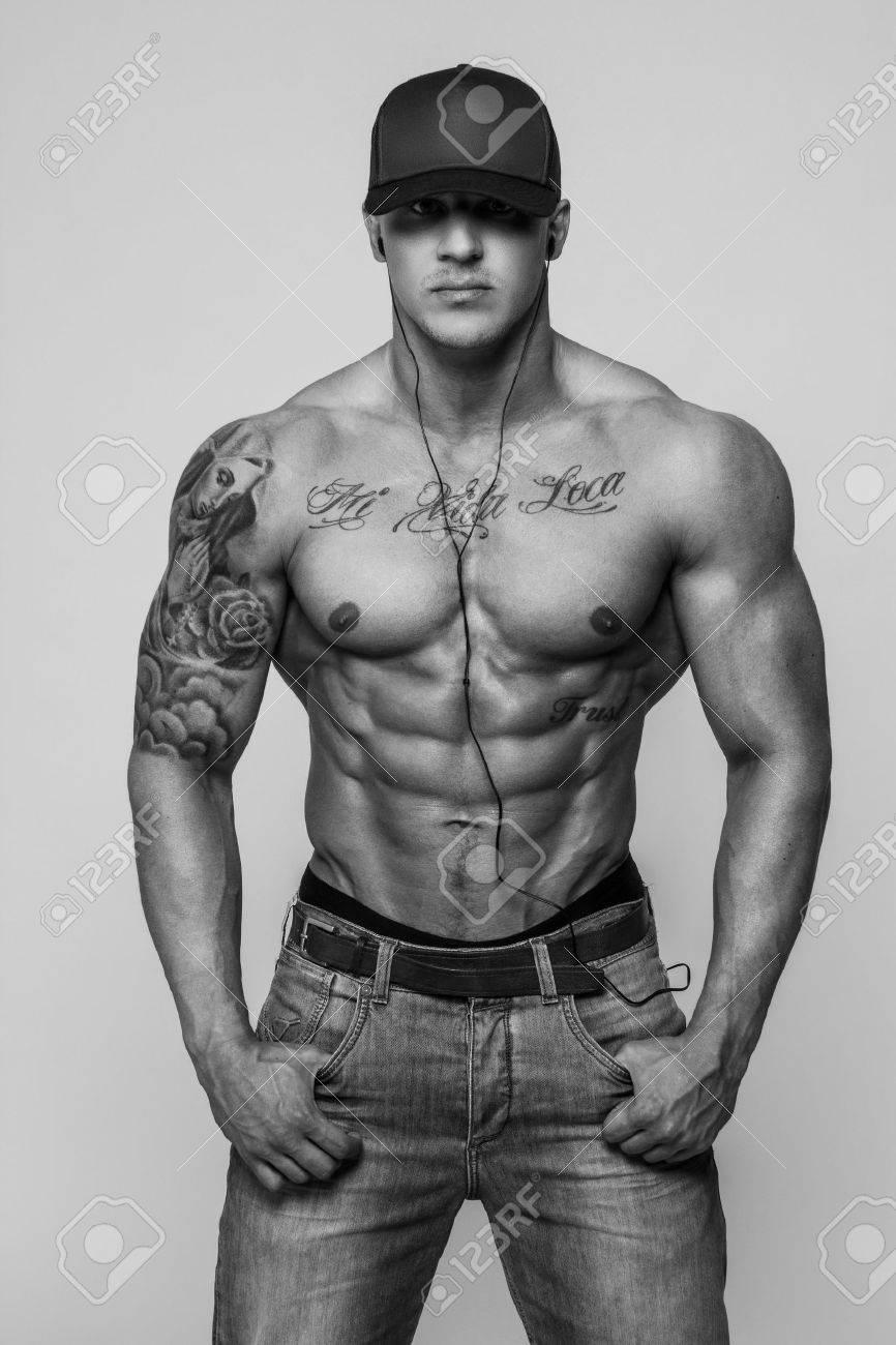 Portrait En Noir Et Blanc De Bodybuilder Torse Nu Avec Des Tatouages