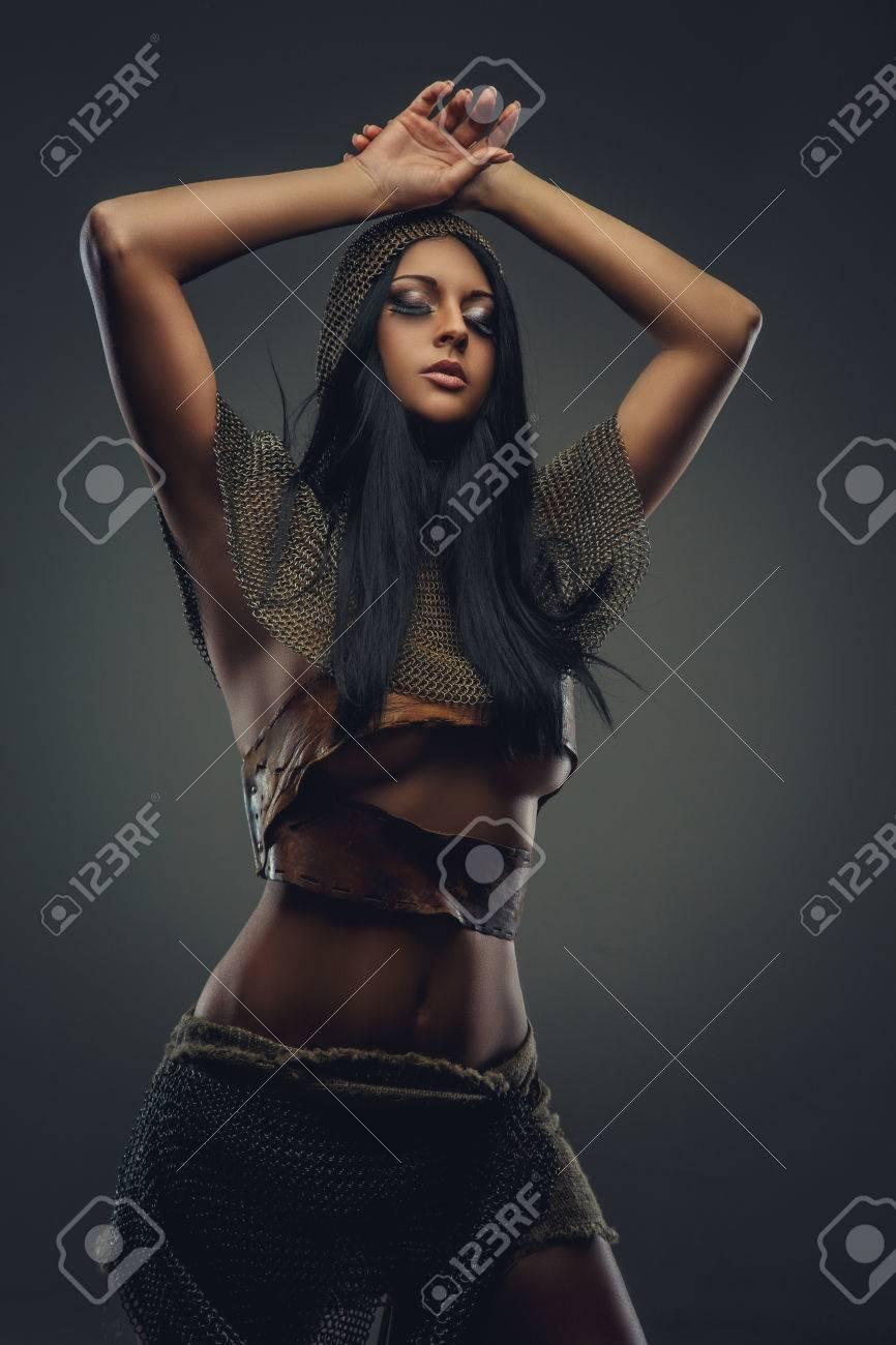 Сексуальная женщина в доспехах