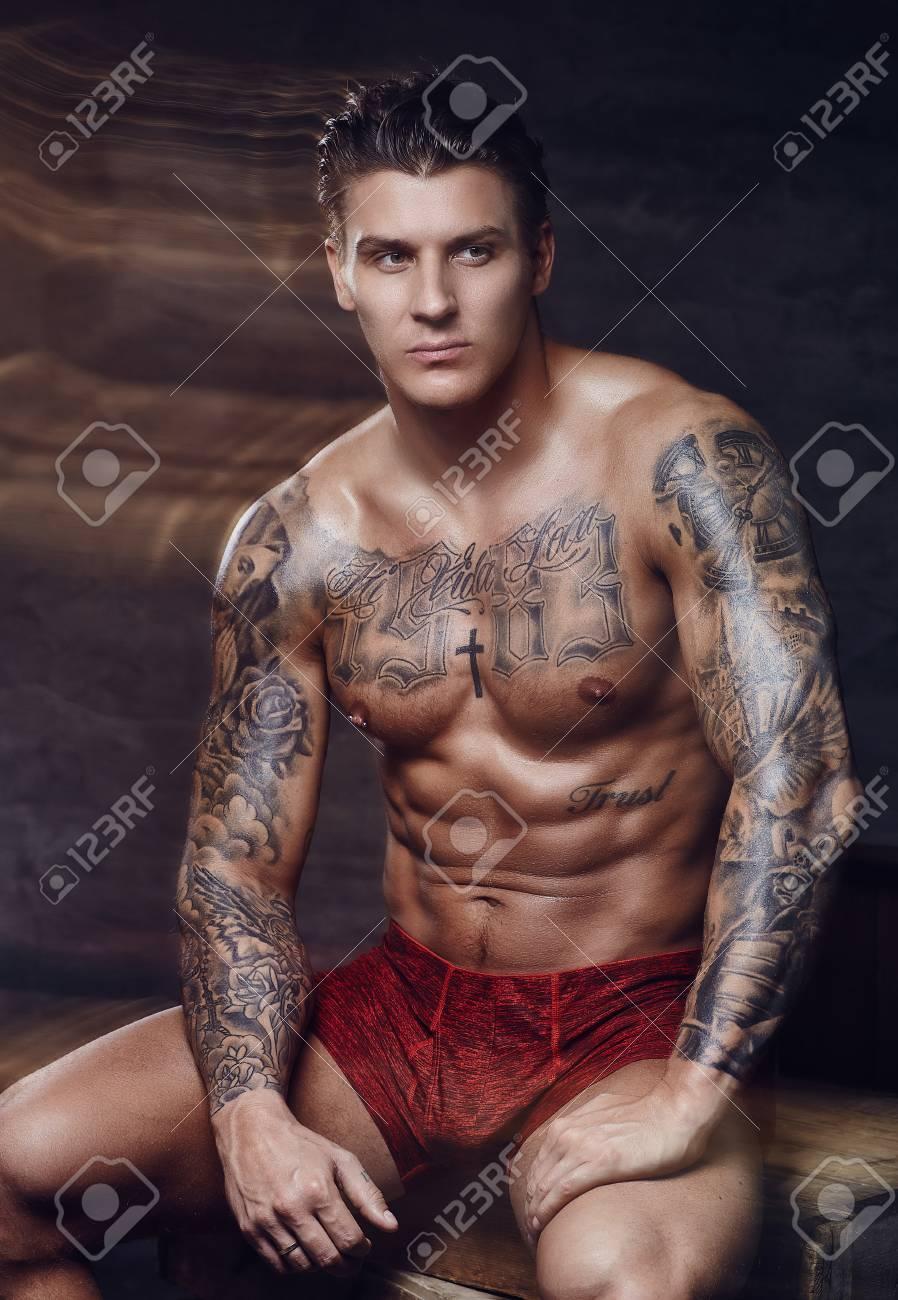 Modèles nus tatoués
