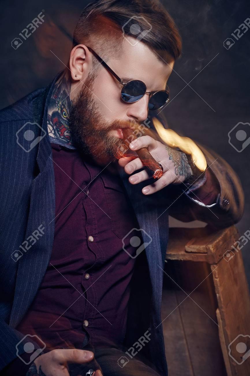Des Cigare La Mode Lunettes Soleil Fumeurs De Homme Bearded À uPXZiTwkO