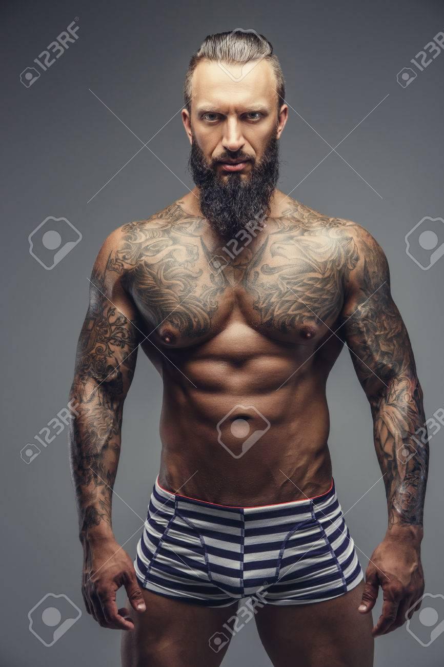 Homme Muscle Torse Nu Avec Des Tatouages Sur Son Corps Isole Sur