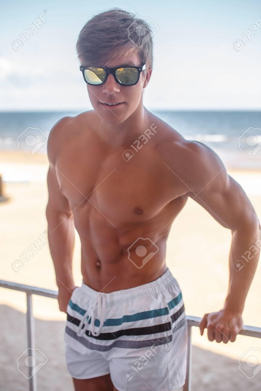 Joven Pantalones Musculoso Hombre En Sin Una De Camisa Cortos UHqw1