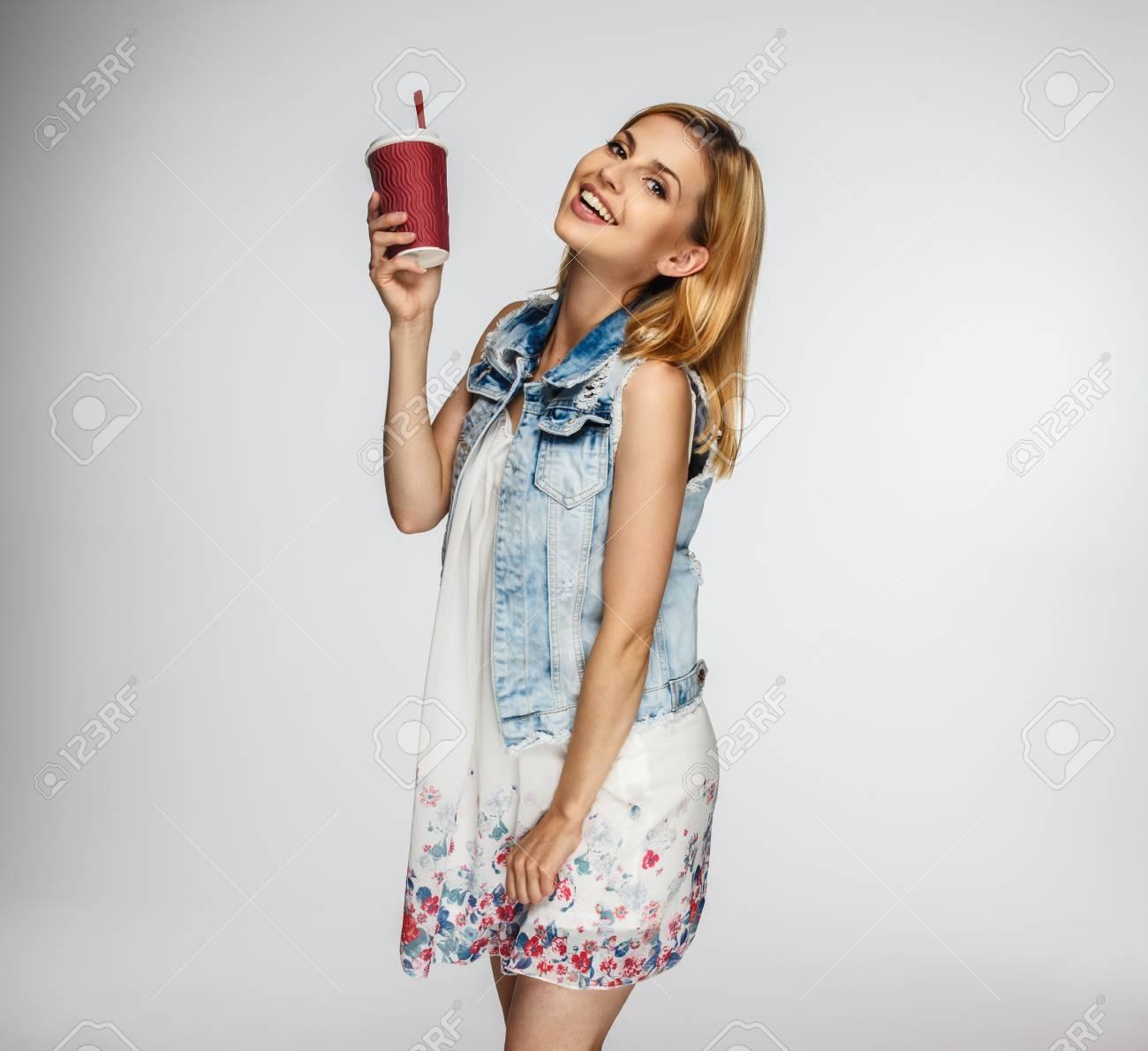 Blonde En Mignon Femme Avec Jean Veste Café De Portrait Tasse wqE4xHtw