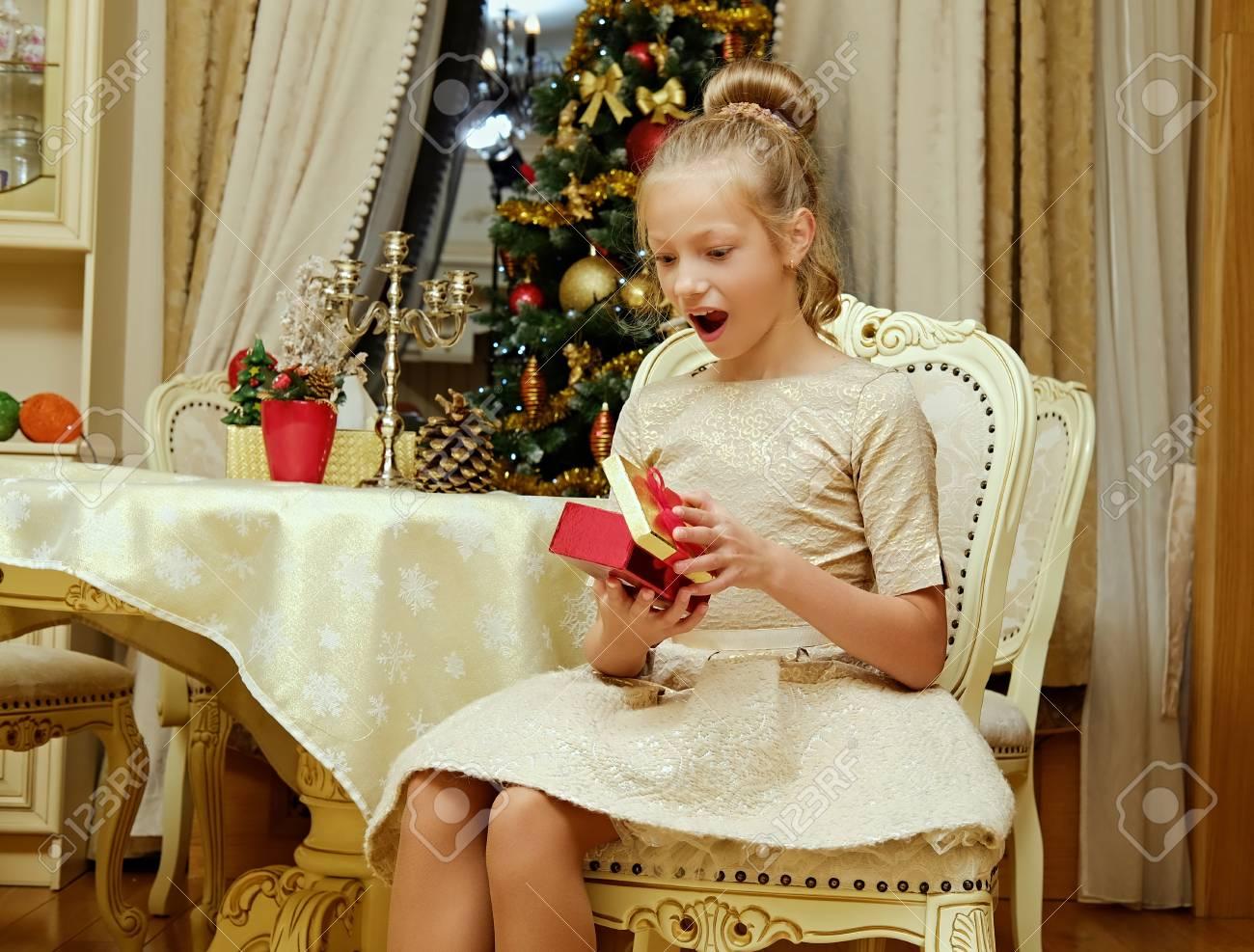 Excited Blonde Teenager-Mädchen In Abendkleid Mit Einem Geschenk-Box ...