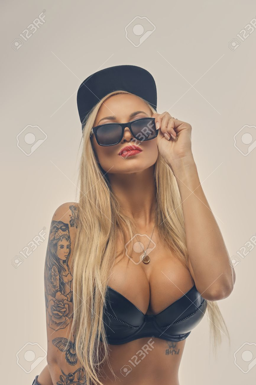 Studio Portrait De Sexy Femme Blonde Avec Tatouage Sur Son Bras