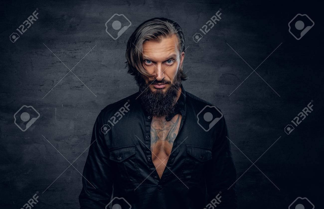 Portrait D Homme Barbu Elegant En Chemise De Regard Noir Avec Le