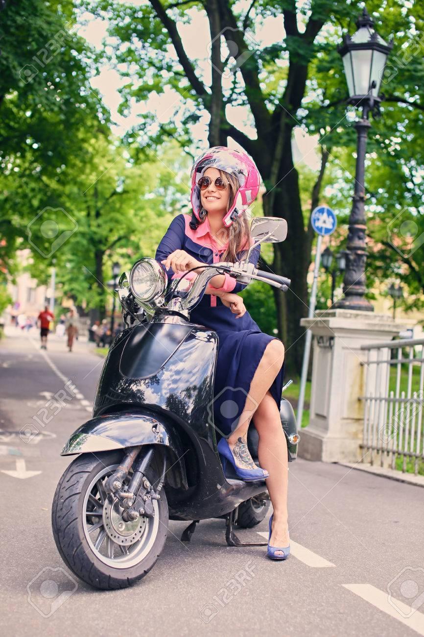 Sienta En Un Se Atractiva El Parque Vestido Una Mujer Con De Otoño Moto bf6gIYy7v