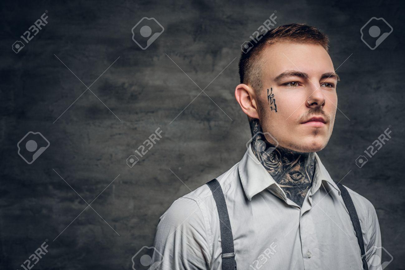 Portrait D Un Homme Avec Un Tatouage Sur Le Visage Et Les Bras Vetu