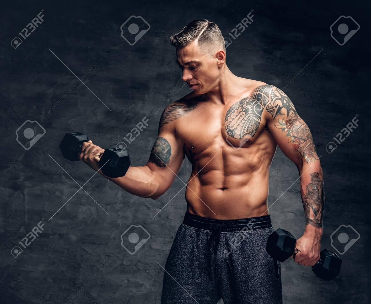 Athletique Homme Torse Nu Muscle Avec Tatouage Sur Sa Poitrine