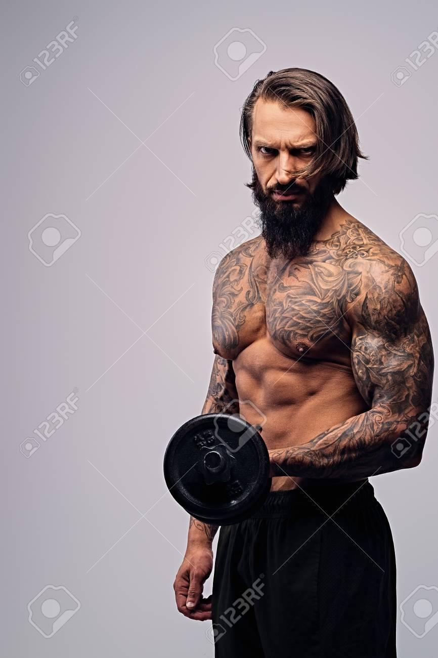 Portrait D Homme Barbu Aux Cheveux Longs Et Tatouage Sur Son Torse