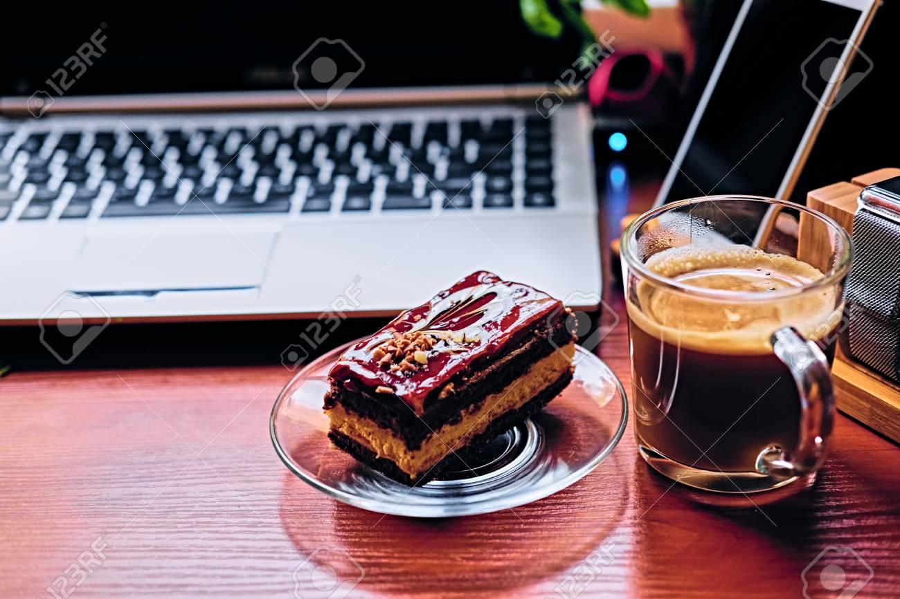 Susse Kuchen Tasse Kaffee Auf Einem Tisch Mit Smart Uhr Laptop Und