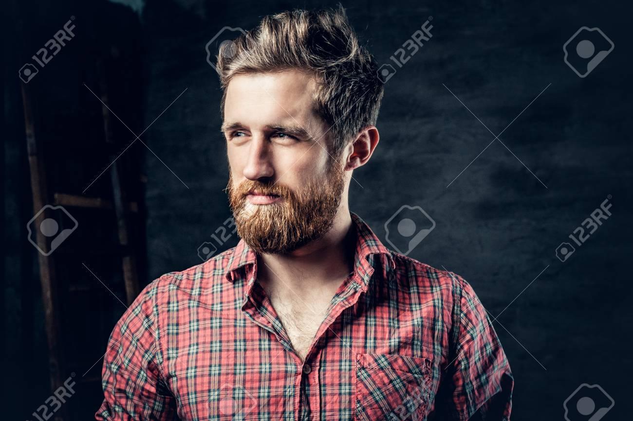 d75e9b0968 Il ritratto dello studio del maschio barbuto biondo si è vestito in una  camicia rossa del vello sopra fondo grigio scuro.