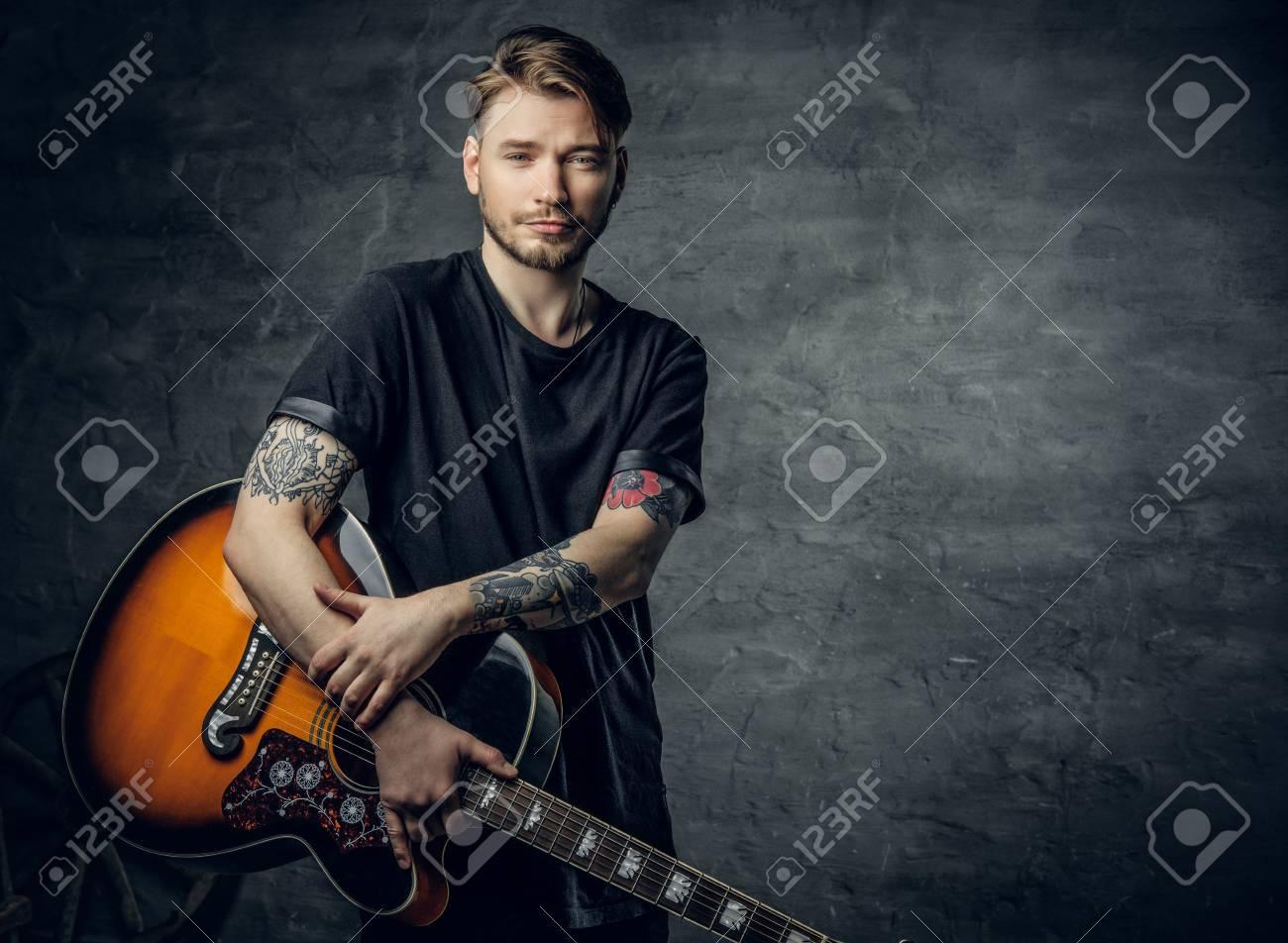 Beau Jeune Joueur De Guitare Acoustique Blues Avec Des Tatouages