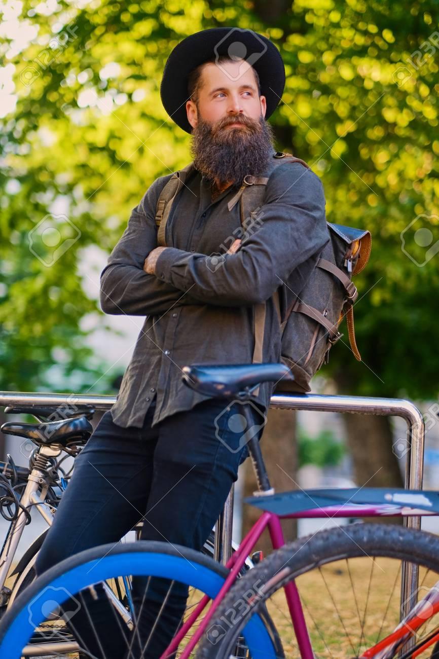 Bicicletas Inconformista Cerca Ciudad Hombre Archivo De Estacionamiento Mochila Foto La Con Barba PX0zRx6