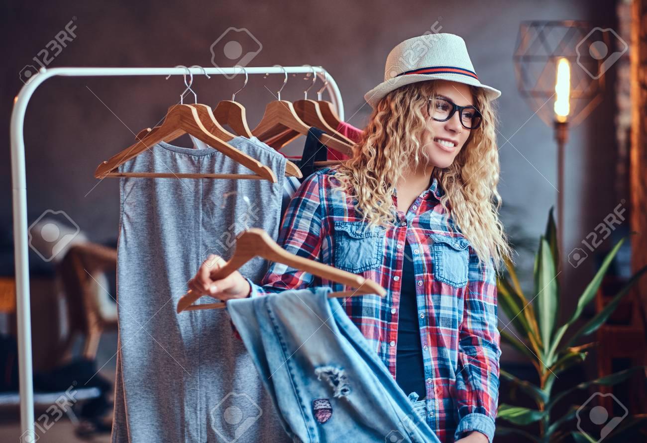 Positive Blonde Frau In Den Schwarzen Brillen Wählt Moderne Kleidung ...