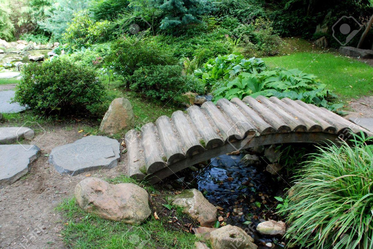 Jardin Japonais Avec De Nombreuses Especes De Fleurs Et D Un Pont De