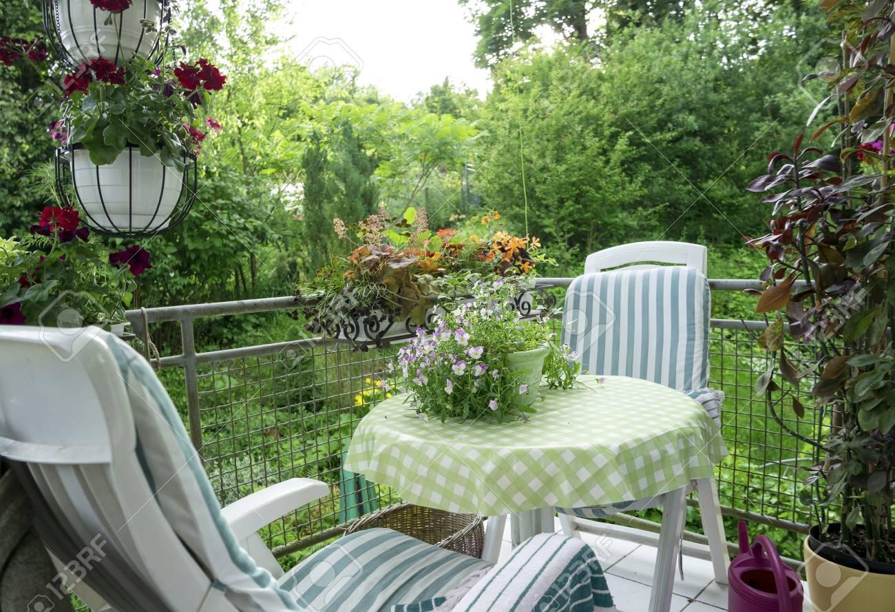 Terrasse Dete Ou Balcon Avec Petite Table Chaise Et Fleurs Banque