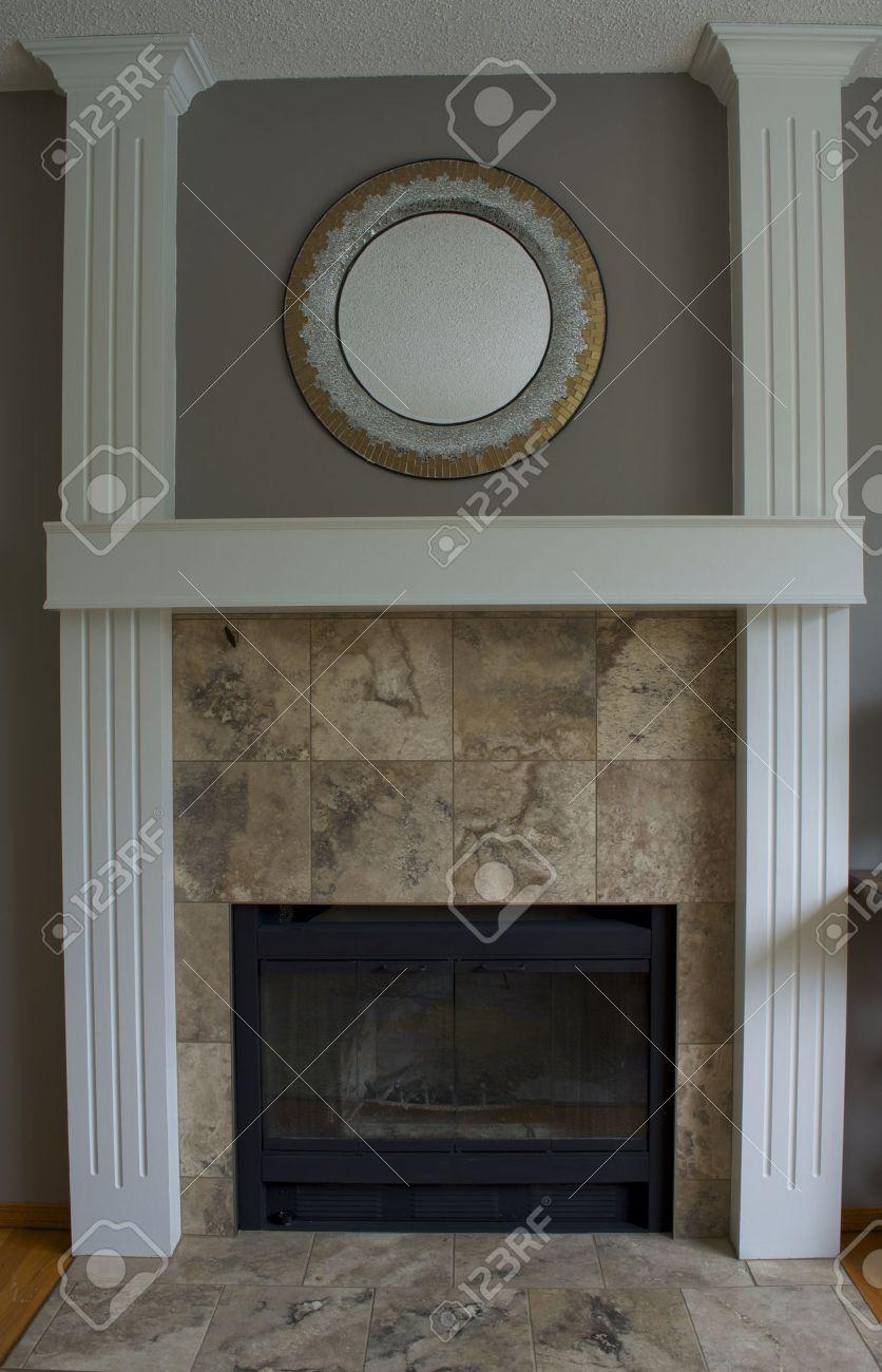 Schwarz Holz Kamin, Weißen Säulen Und Kaminsims Mit Steinfliesen  Standard Bild   21131031
