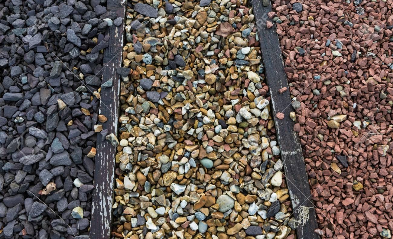 Gros plan sur divers types de galets de pierre et de gravier pour  l\'aménagement de jardins