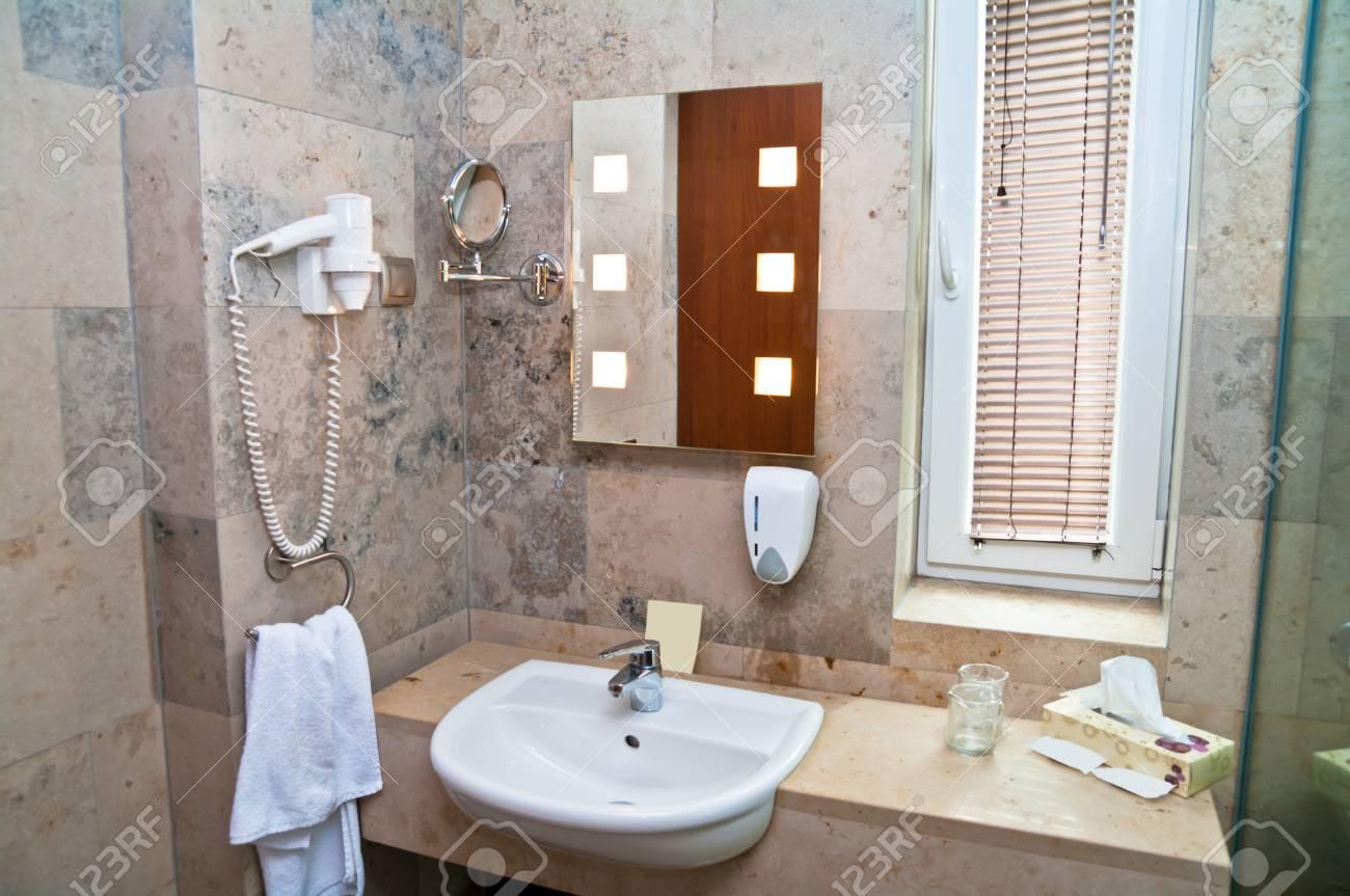 Moderne luxus badezimmer  Moderne Luxus-Badezimmer Zu Kühlen Und Eine Dusche Nehmen ...
