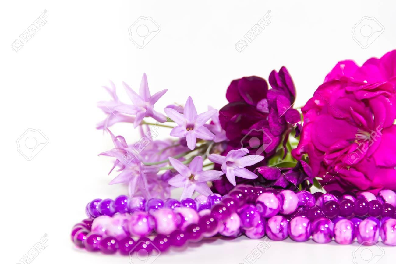 Perles Et Fleurs Féminines Et Romantiques En Violet Banque D Images ... e8727abb0929