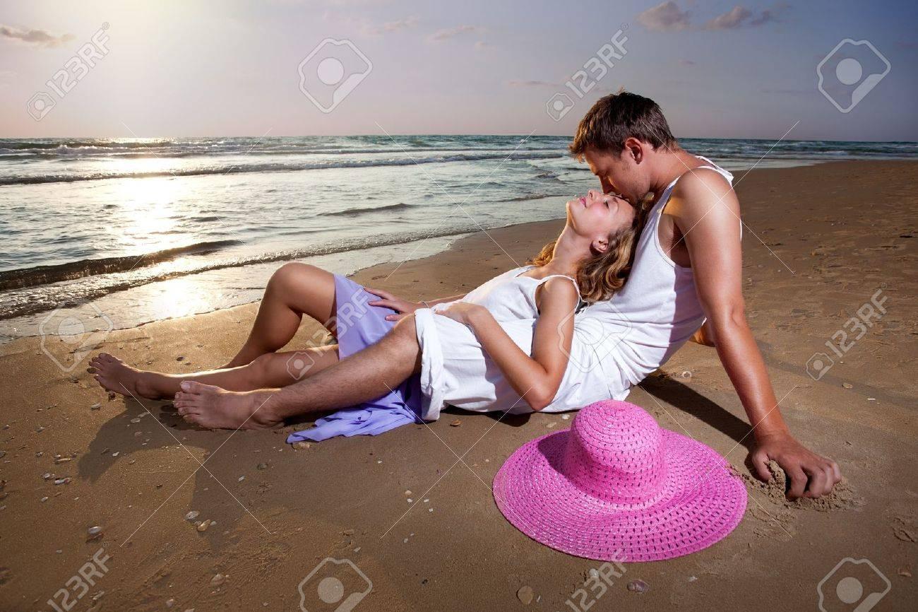 11541932-deux-personnes-d-tendues-s-allonger-sur-le-sable-au-fond-de-coucher-de-soleil-Banque-d'images.jpg
