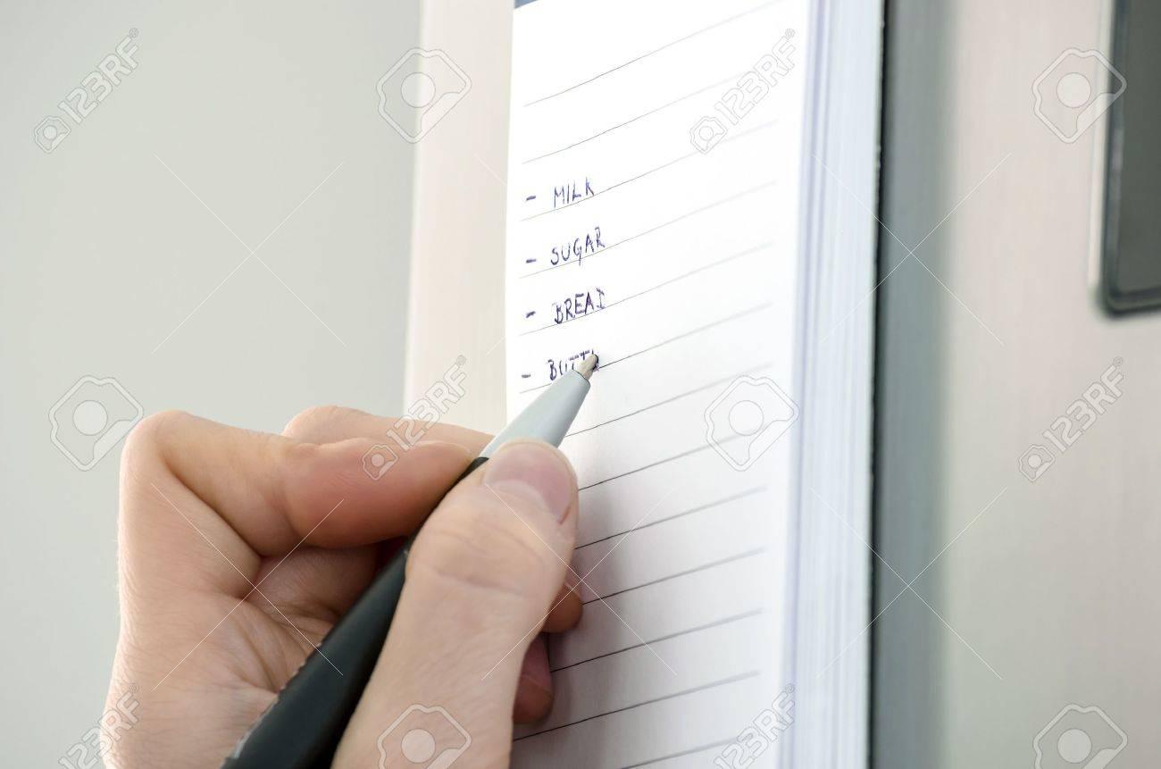 Kühlschrank Einkaufsliste Magnet : Female hand writing einkaufsliste auf einer klebrigen notiz am